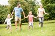 Familie und glückliche Kinder im Sommer