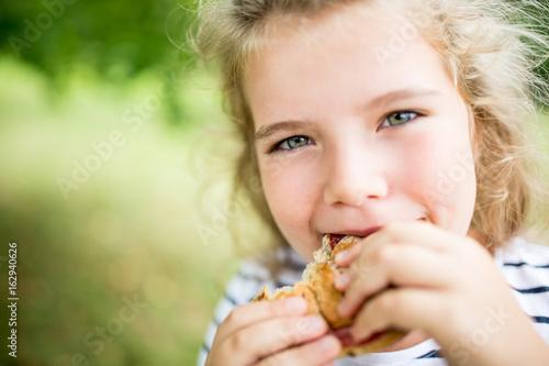 Mädchen beim essen von Brötchen