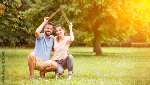 Paar mit Versicherung und Hausbau Konzept - 162940665