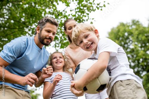 Junge und Familie mit einem Fußball