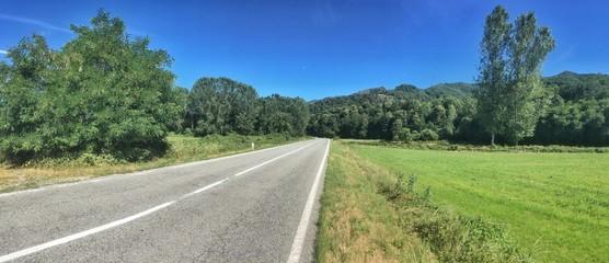 strada deserta in estate