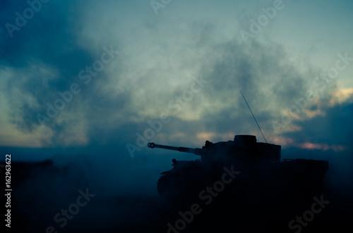 Koncepcja wojny. Wojskowe sylwetki walki scena na tle mgły wojennej niebo, World War Niemieckie zbiorniki sylwetki poniżej pochmurnej Skyline W nocy. Scena ataku. Pojazdy opancerzone. Scena bitwy czołgów