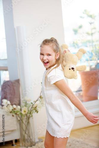 Mädchen beim Werfen von Kuscheltier
