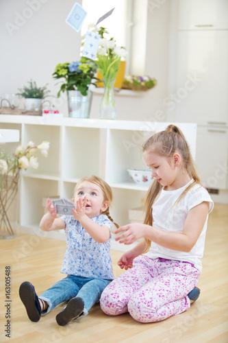 Kinder beim Spielen werfen Karten hoch