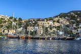 Klasyczne jachty w porcie greckim