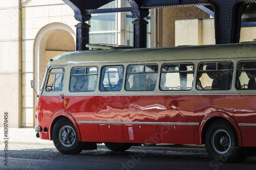 AUTOBUS TRANSPORT PUBLICZNY - Zabytkowy polski autobus na ulicach Poznania
