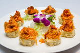 Fototapeta Maki - sushi rolls on round plate © ting