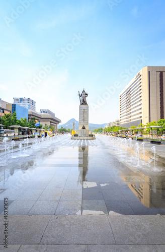 Fotobehang Seoel Jun 19, 2017 Gwanghwamun Plaza with the statue of the Admiral Yi
