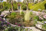Bassin et cour dans le jardin - 163169476