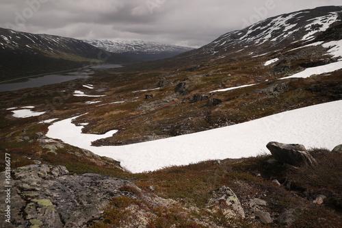Der Schnee und das Schmelzwasser des Gebirges