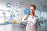 junge Geschäftsfrau wählt lächelnden Smiley aus vielen schlecht gelaunten aus