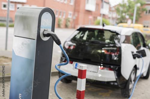 betanken eines Elektroauto mit Strom