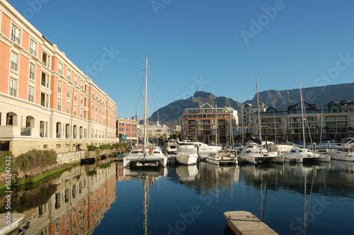 Mit dem Segelschiff zum Luxushotel Cape Grace an der Waterfront in Kapstadt. With the sailing boat to the luxury Cape Grace hotel in Capetown Waterfront.