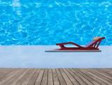 piscine à plage immergée avec lit de soleil et terrasse en bois  - 163250259