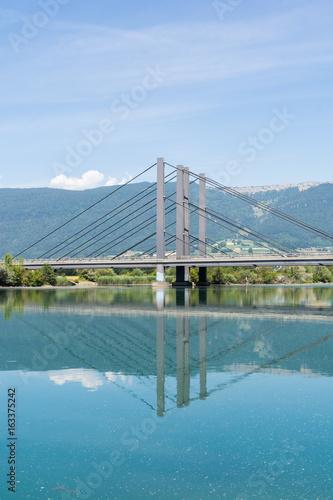 Die Brücke über das Wasser - Spiegelung durch das Bauwerk im Wasser