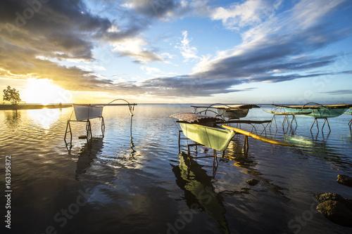 Poster bateau sur la plage avec coucher de soleil