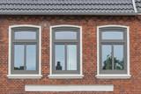Moderne Fenster in einer alten Fassade