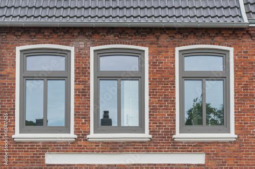 Foto Murales Moderne Fenster in einer alten Fassade