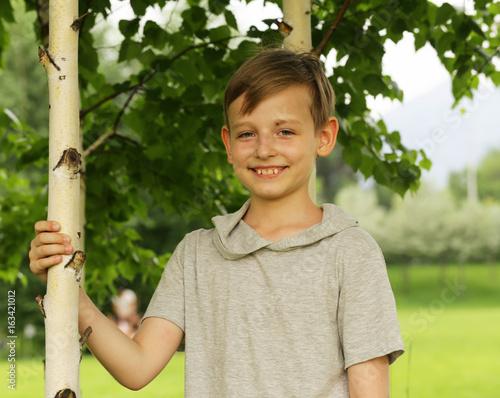 Papiers peints Bosquet de bouleaux Russian cute boy in a birch grove