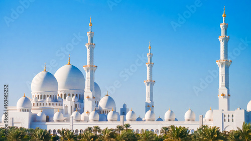 Fotobehang Abu Dhabi Sheikh Zayed Grand Mosque from distance.