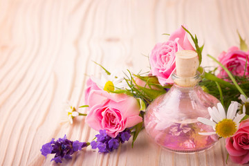 Spa still life - Duftöl mit Rosen, Lavendel und Kamille