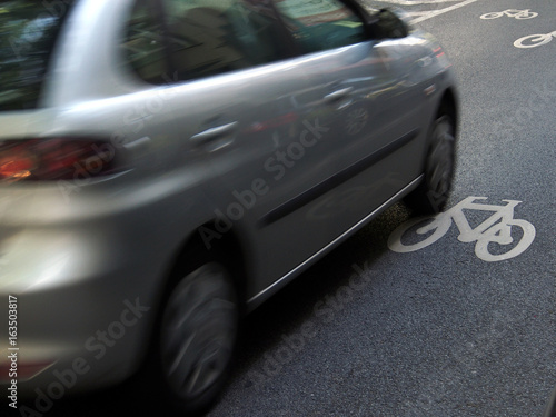 Plakat Verkehrssicherheit: Auto auf Fahrbahnmarkierung Radweg