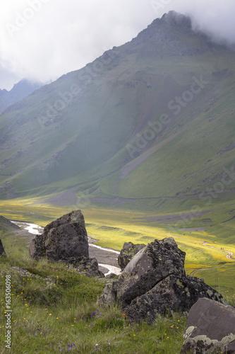Горный пейзаж. Красивый вид на горное ущелье, живописная долина. Горы и природа Северного Кавказа