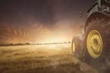 Traktor auf einem Feld bei der Ernte - 163570209