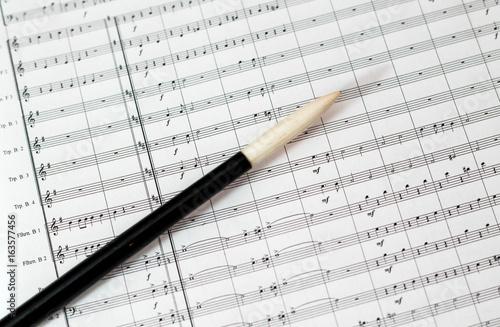 Partitur und Taktstock des Dirigenten