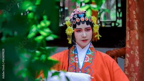 Papiers peints Pekin Chinese Woman Wearing Traditional Clothing in chinese park.
