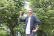 ガッツポーズをするシニア男性