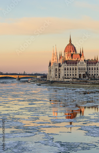 Aluminium Boedapest Scenic winter view of the embankment of the Danube and the Hungarian Parliament building in the soft evening light, Budapest, Hungary
