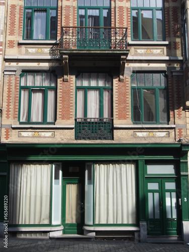 Brüssel: Altbaufassade mit leer stehendem Laden
