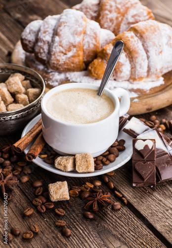 Papiers peints Café en grains Breakfast with coffee and croissants on table