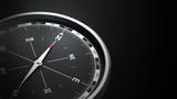 Kompass vor schwarzem hintergrund