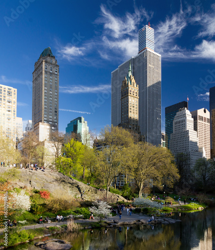 Foto op Aluminium New York Central Park spring landscape scene with crowds of people relaxing in Manhattan, New York City