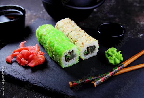 суши с зеленой икрой,кунжутом.васаби и зеленым чаем