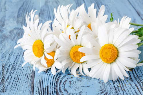 stokrotki-chamomile-kwiaty-na-drewnianym-ogrodowym-stole
