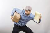 Corriere di corsa con capellino che porta un pacco  e un blocchetto delle consegne nell'altra - sfondo bianco - 163931270