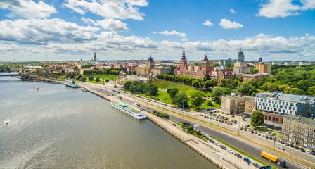 Szczecin - Wały Chrobrego i nabrzeże rzeki Odry. Krajobraz miasta z lotu ptaka.