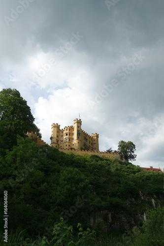 Schloss Hohenschwangau unter Gewitterwolken, Bayern