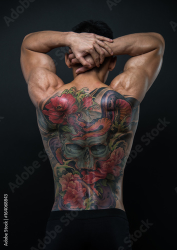 Azjatycki model z tatuażem