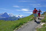wanderer in den alpen, berneroberland, schweiz