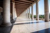 Kolumny na Stoa Attalos w starożytnej Agorze (Forum) w Atenach