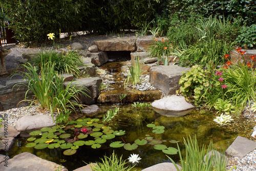 Gartenteich mit Bachlauf - 164093218