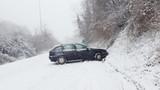 Incidente automobile sul ghiaccio e neve