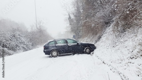 Incidente automobile sul ghiaccio e neve