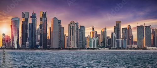 Die Skyline von Doha, Katar, bei Sonnenuntergang
