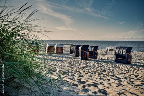 Verlassene Strandkörbe an der Nordsee am Abend