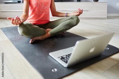 Ragazza fa yoga a casa con pc Poster
